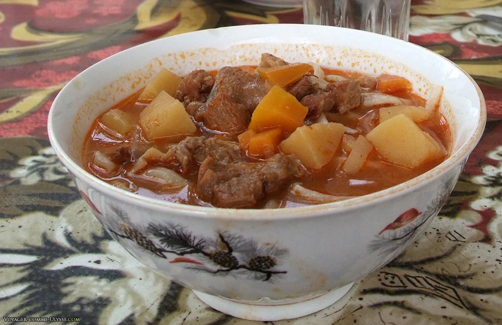 Viande mijotée, carottes, pommes de terre
