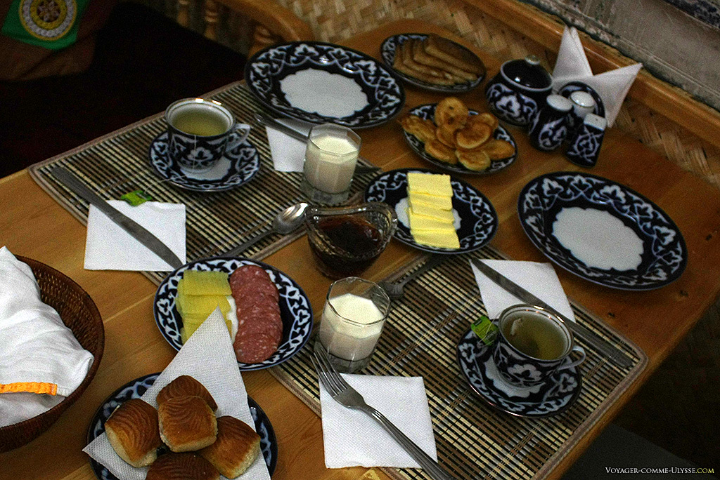 Petit déjeuner dans un hôtel de charme ouzbèk.