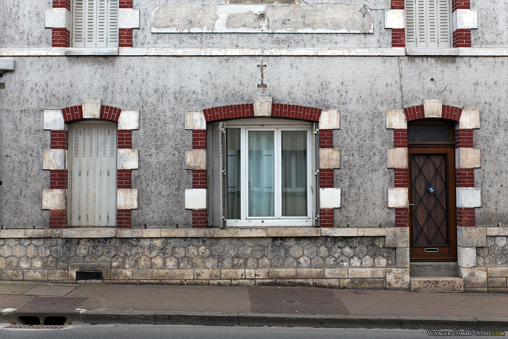 Architecture typique de la région, avec ses portes et fenêtres décorées de briques.