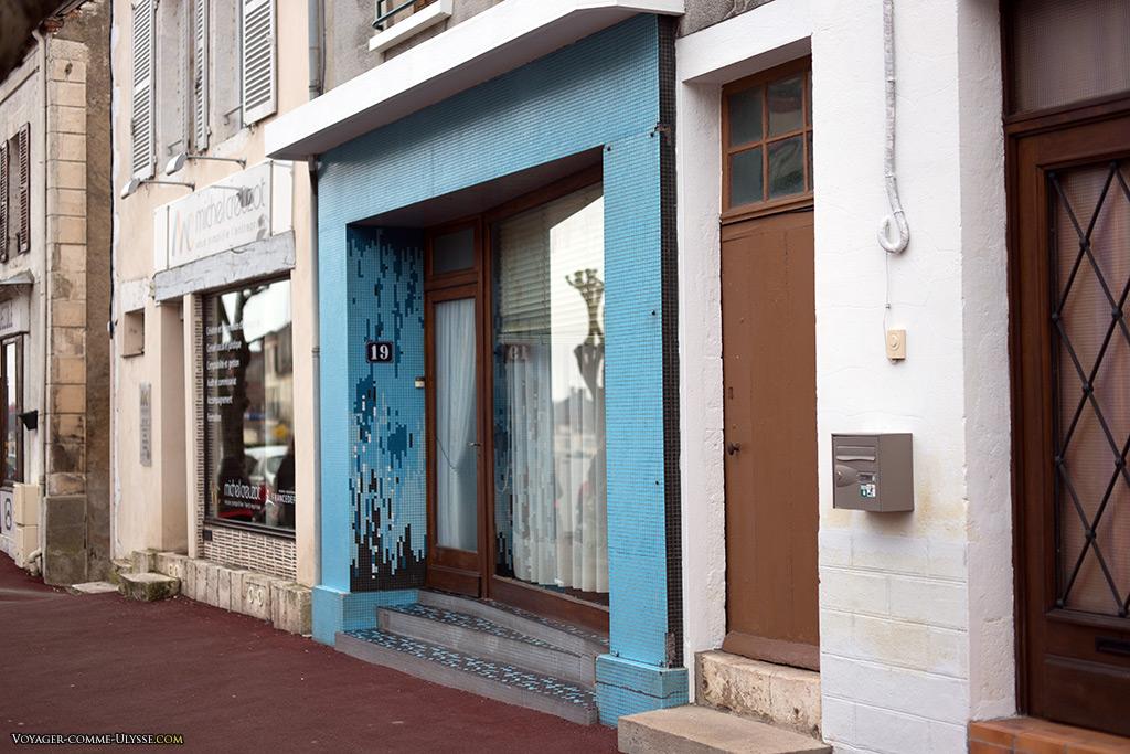 On retrouve souvent des boutiques ou des entrées d'immeubles décorées avec des émaux.