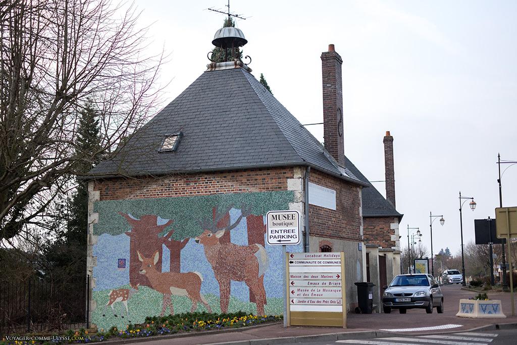 Nous arrivons aux environs de la manufacture et de son musée, comme l'atteste ce cerf et sa famille sur un mur.
