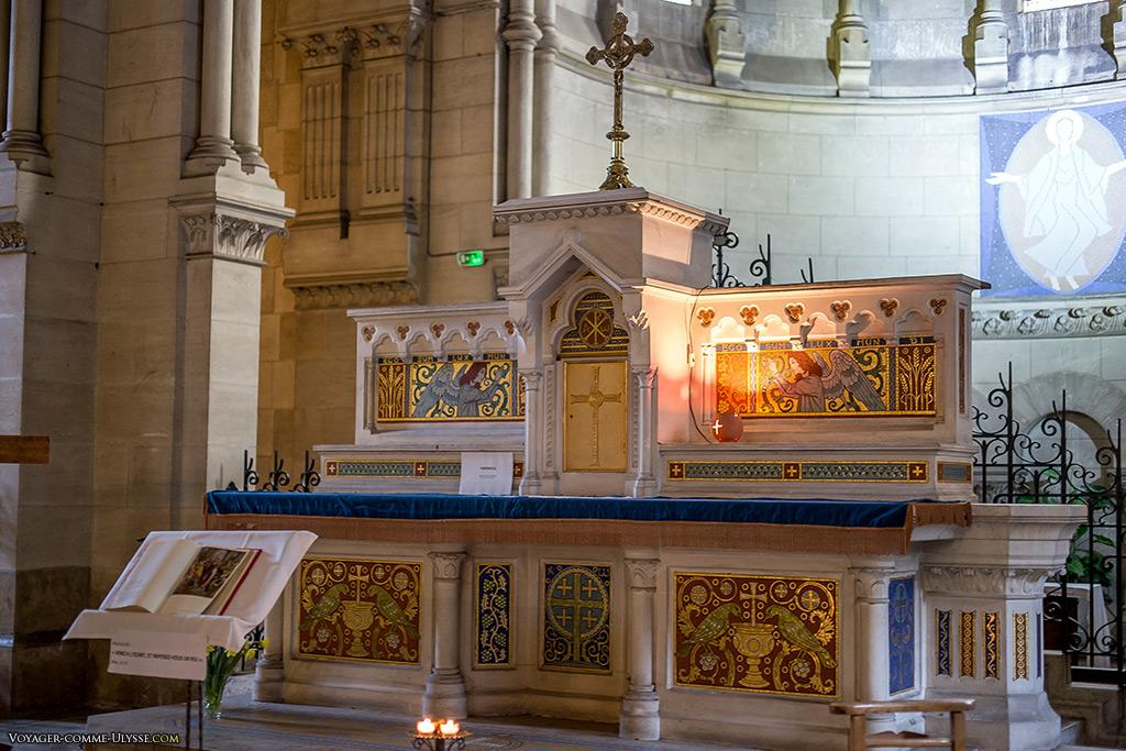 Maître-autel de l'église, richement décoré d'émaux dorés.