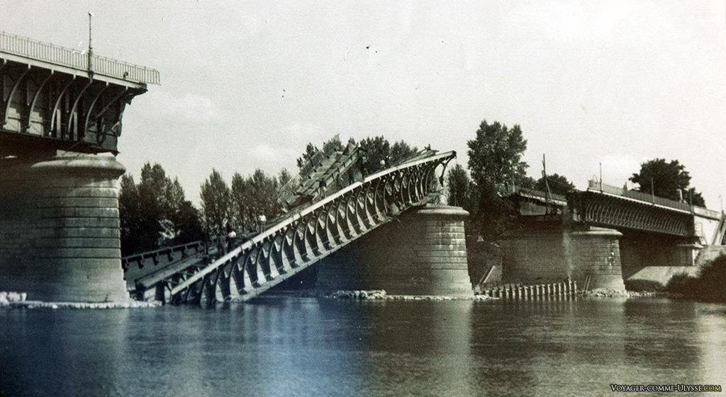 Photo provenant du musée des 2 marines, montrant le pont-canal détruit. Il fut endommagé par l'armée française en déroute en juin 1940 pour retarder l'avancée allemande.