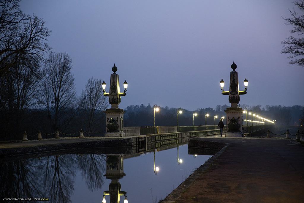 Le pont-canal fut électrifié avant la ville de Briare. Ses lampadaires étaient une attraction pour les briarois.