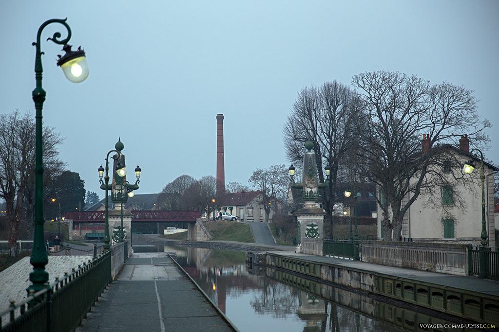 La nuit tombe sur le pont-canal...