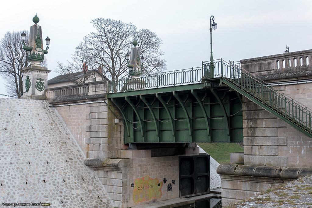 Pont-canal au dessus du vieux canal.
