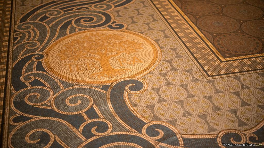 Le sol de l'église, en émaux de Briare.