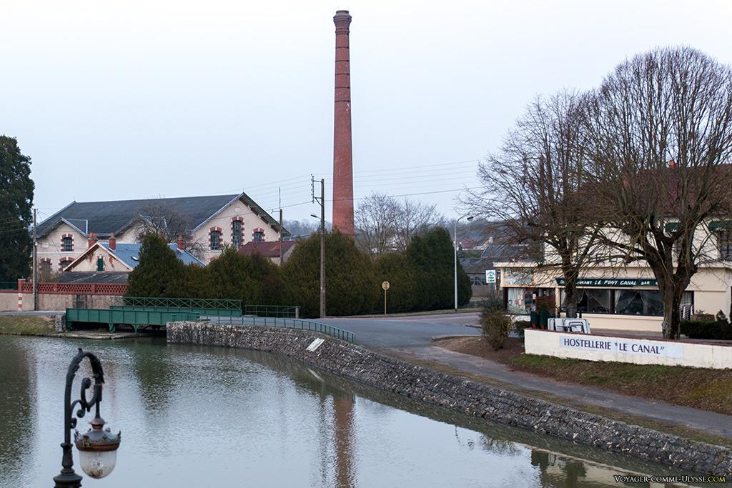 La cheminée de l'usine élévatoire. On aperçoit à droite le restaurant du pont-canal : on y mange bien pour pas trop cher.