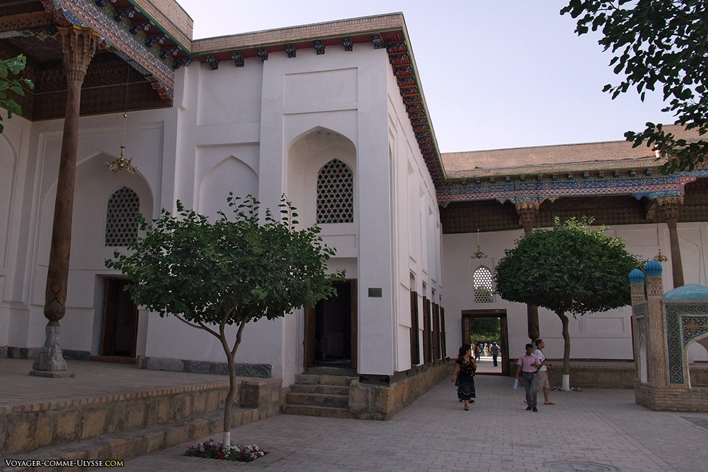 A gauche, la mosquée de Muzzafar.