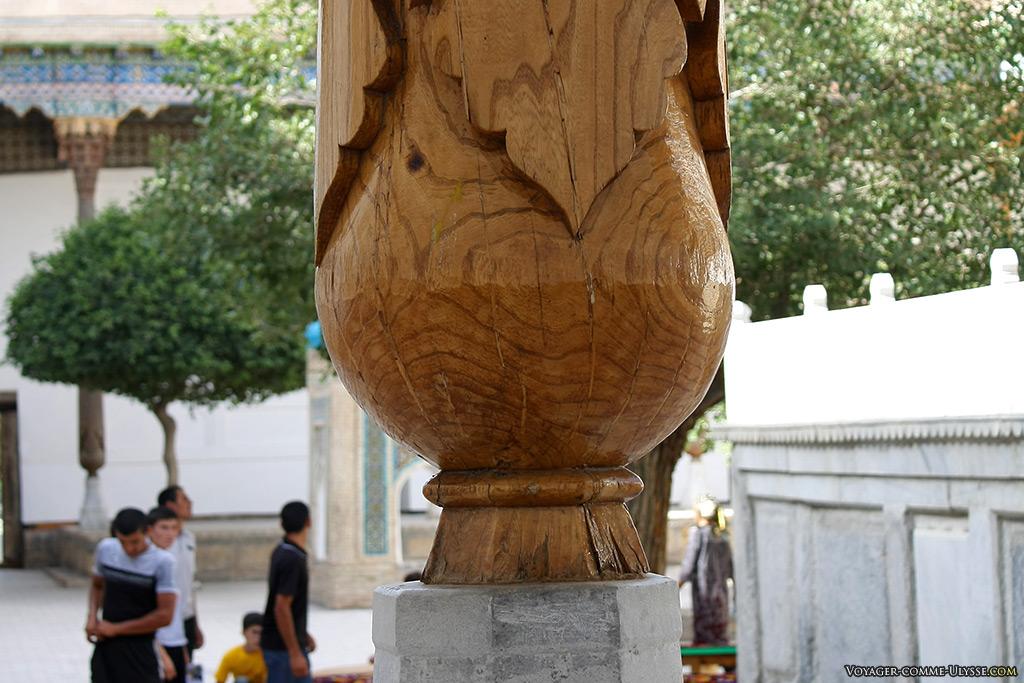 Détail d'une colonne en bois.