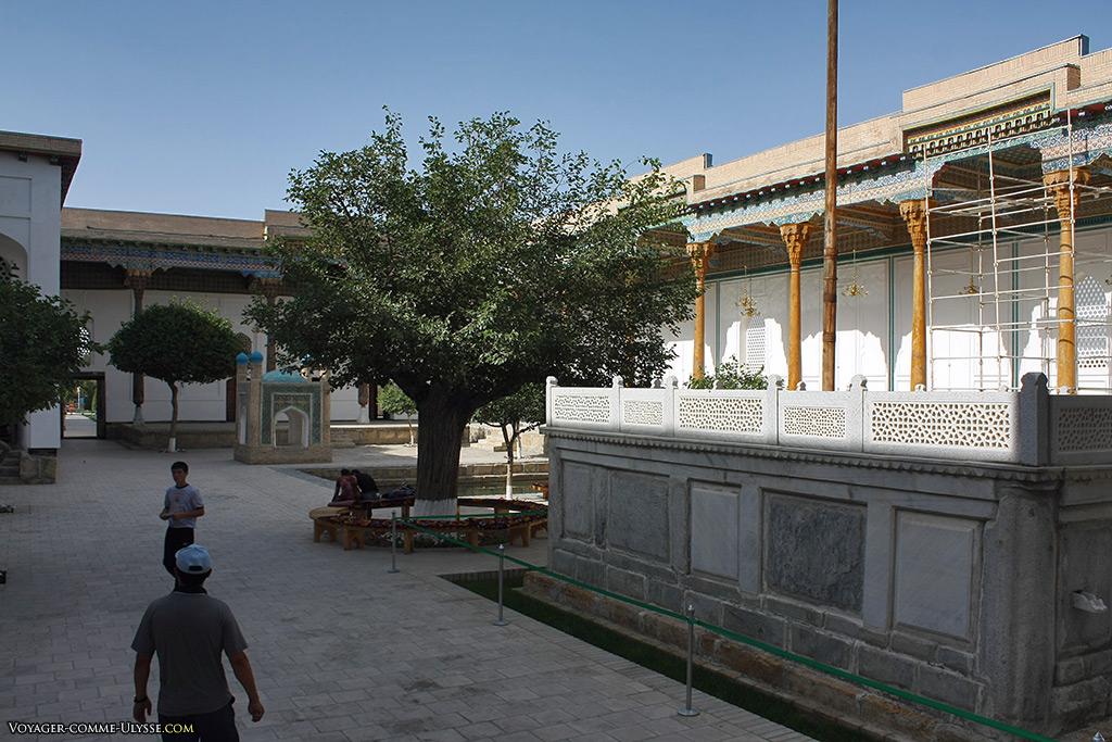 A droite, le mausolée en marbre. On distingue au fond le saho-khona.