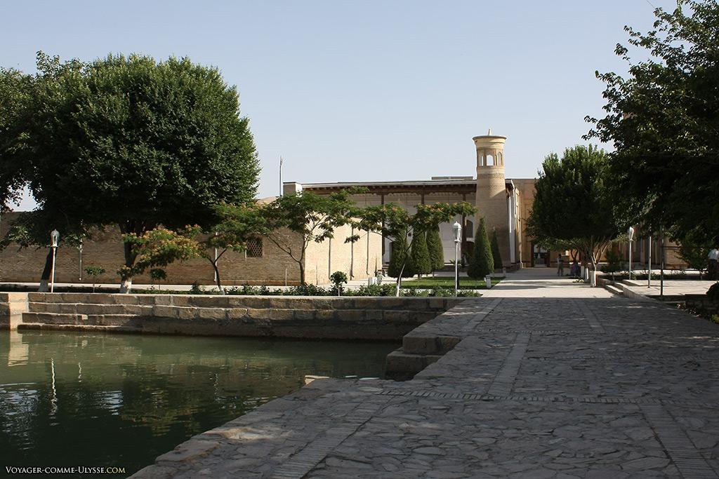 Au fond, le minaret de la mosquée Khakim Kushbegi