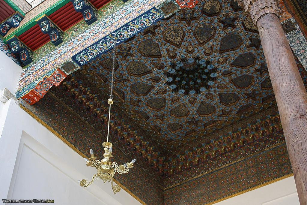 Plafonds richement décoré des bâtiments entourant la pierre tombale de Naqshbandi.