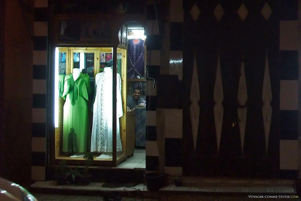 Les boutiques sont ouvertes parfois très tard. Pour éviter la chaleur, on préfère s'activer en soirée.