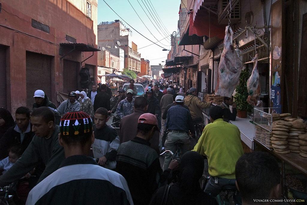 Cette rue n'est pas plus commerçante qu'une autre, à Marrakech.