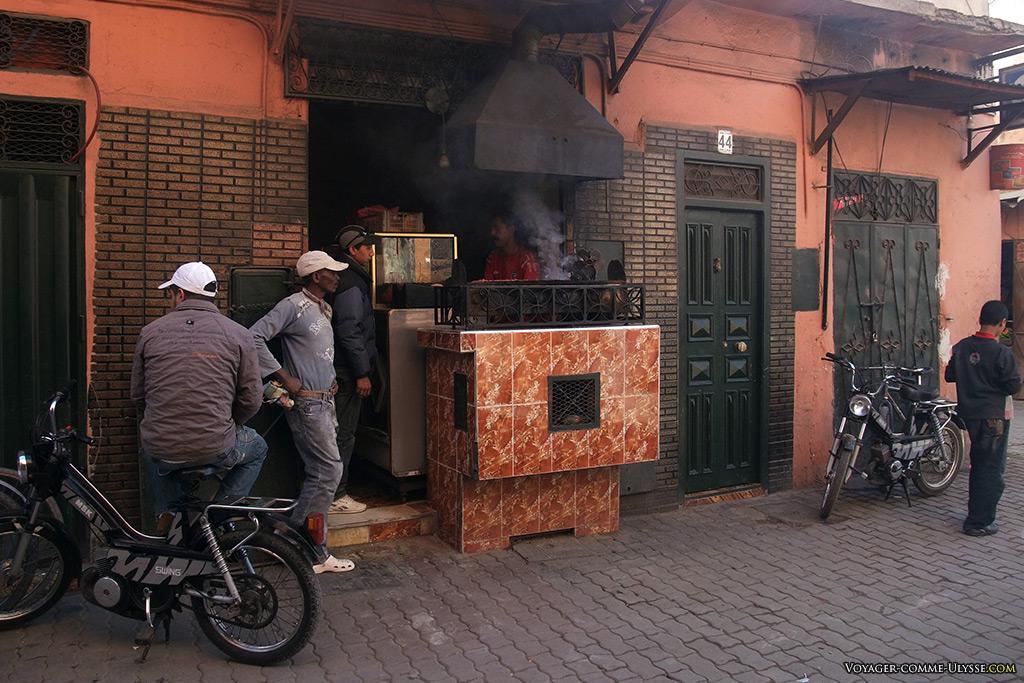 Les habitants de Marrakech vivent à l'extérieur, ce qui explique sans doute le faible nombre de boutiques où l'on entre pour visiter.