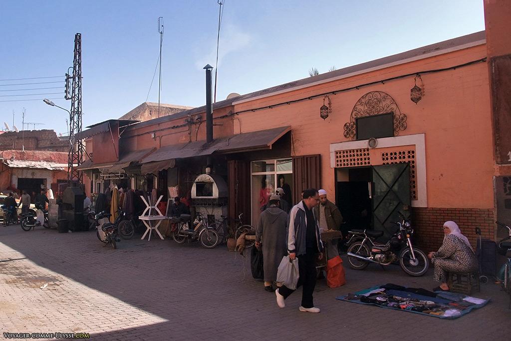 Un tapis, des objets à vendre, un tabouret pour patienter. C'est simple de marchander, dans cette ville.