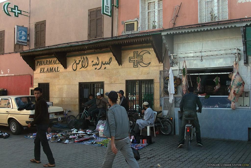 La pharmacie, impeccable, juste à coté d'une boucherie traditionnelle. Sans compter le vendeur ambulant juste devant.