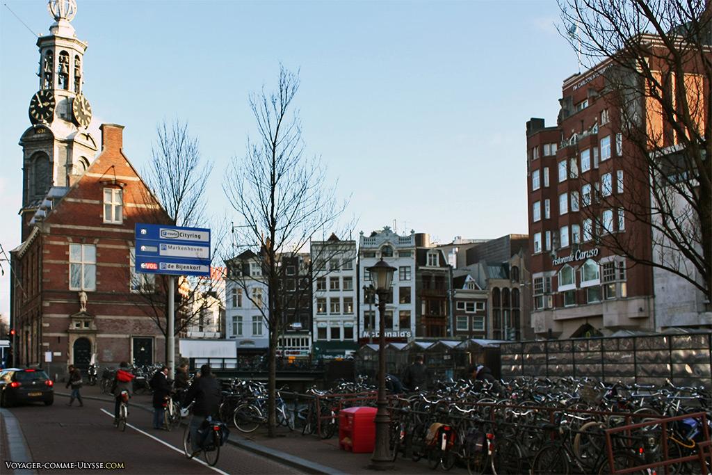 A gauche, la Tour de la Monnaie, Munttoren.