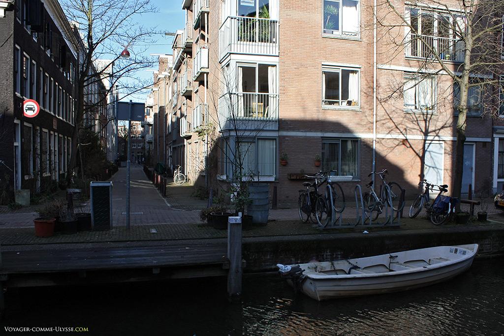 Une barque attend sagement son propriétaire.