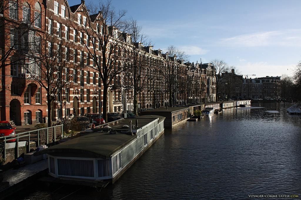 Ces habitations flottantes n'ont plus grand chose à voir avec des bateaux...