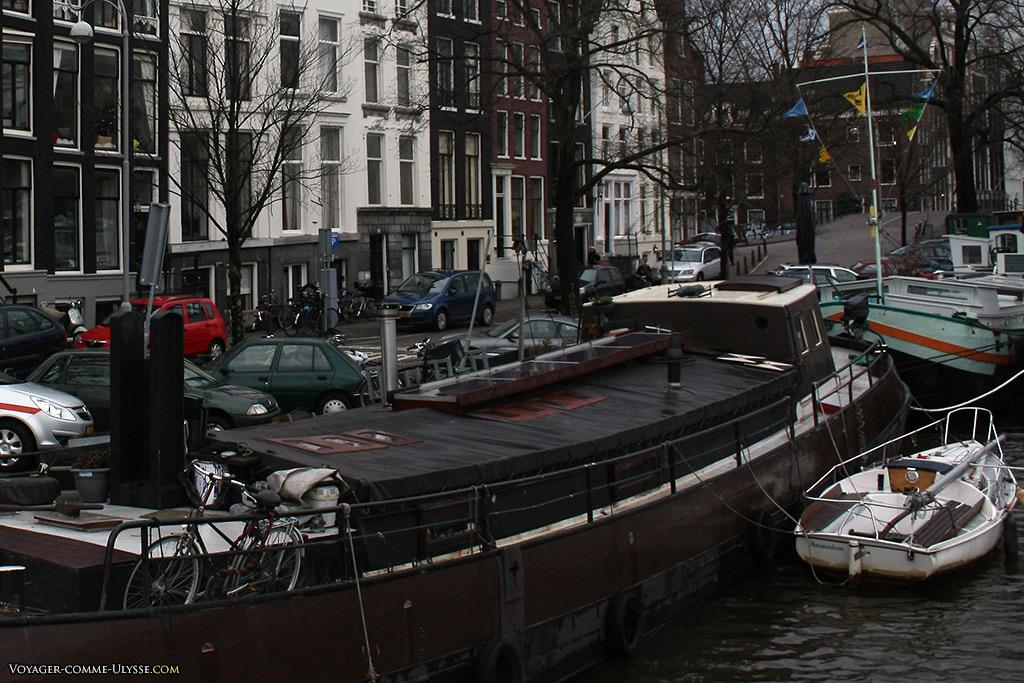Sur les plus grands bateaux, il y a toujours un vélo et pourquoi pas une plus petite embarcation d'appoint.