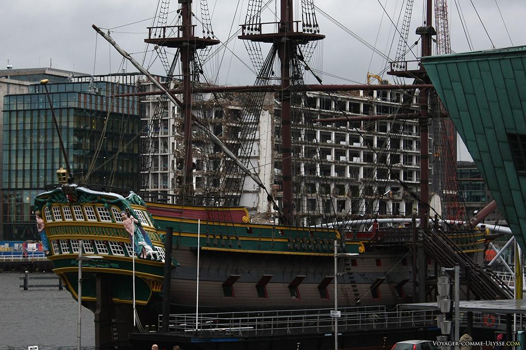Amarrée à l'époque de la photo juste à coté du NEMO se trouvait une réplique d'un vaisseau de la Compagnie Hollandaise des Indes Orientales. Aujourd'hui, le voilier a retrouvé sa place, près du Musée de la Marine.