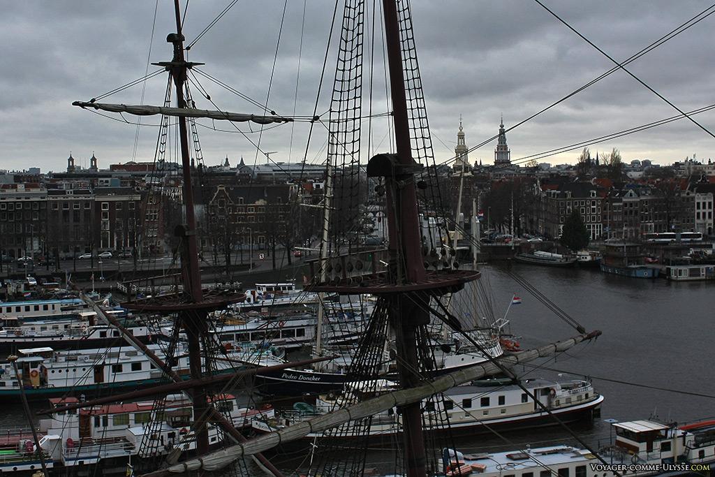 Derrière le gréement du voilier Amsterdam, la ville de même nom.