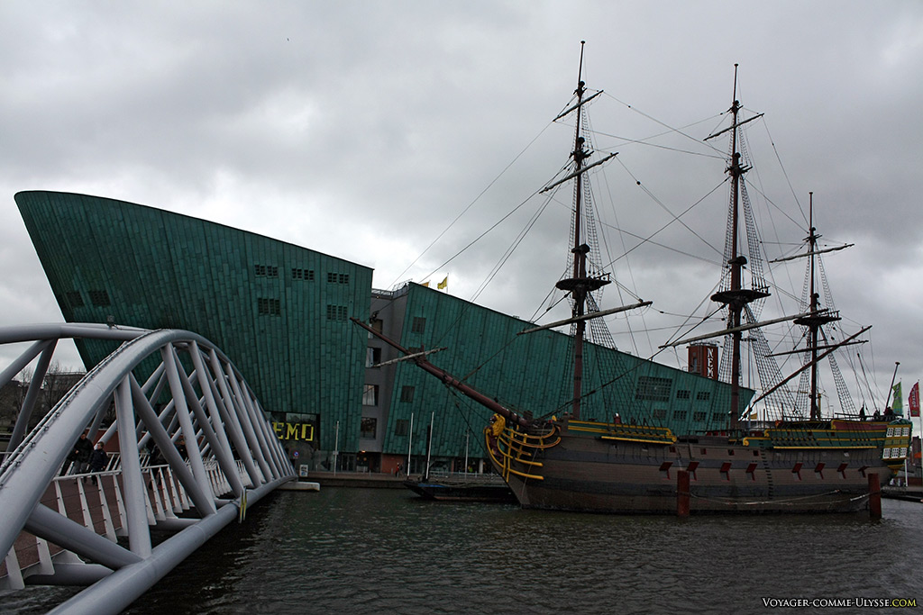 Le grand voilier Amsterdam, avec en toile de fond le NEMO.