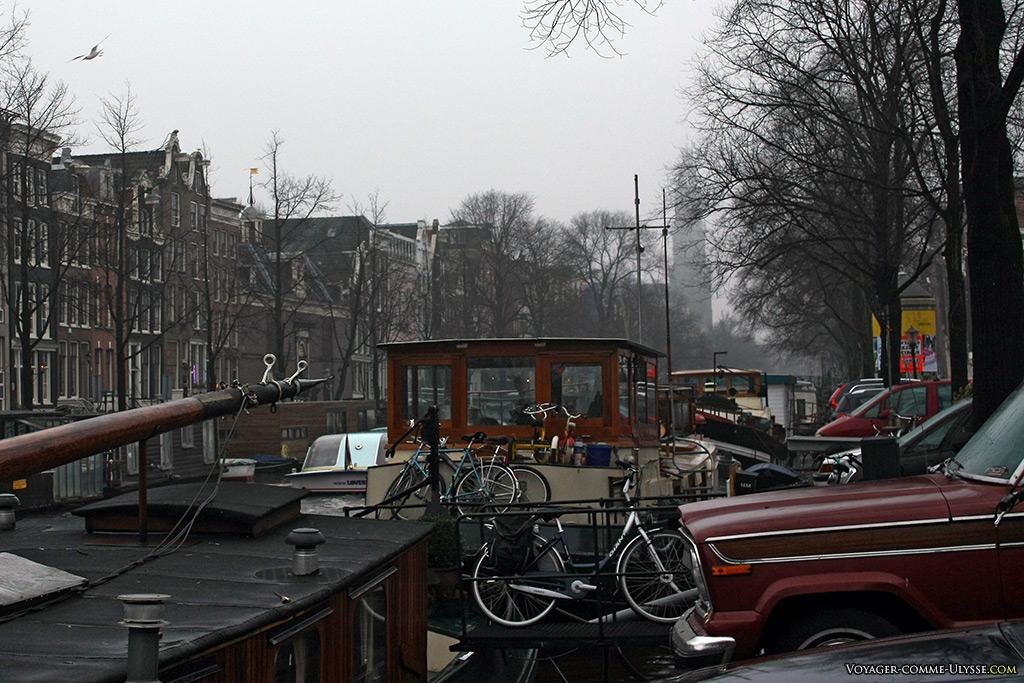 Même en bateau, le vélo reste omniprésent. Nous sommes au pays de la bicyclette reine!
