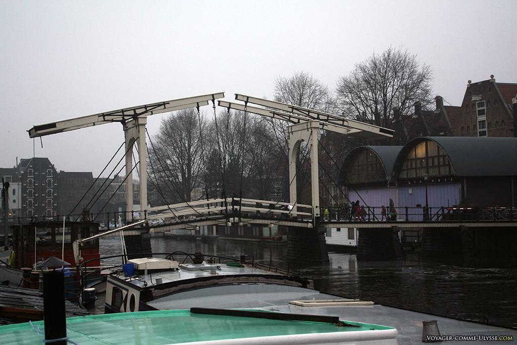 Un des nombreux ponts levants de la ville, caractéristique obligée quand les bateaux sont à voile.