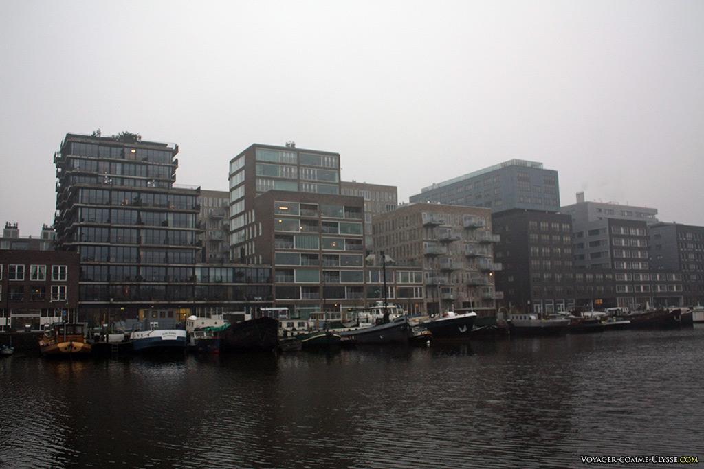 L'architecture moderne me laisse souvent dubitatif., mais les bateaux ajoutent une touche de surréel à cette photo...