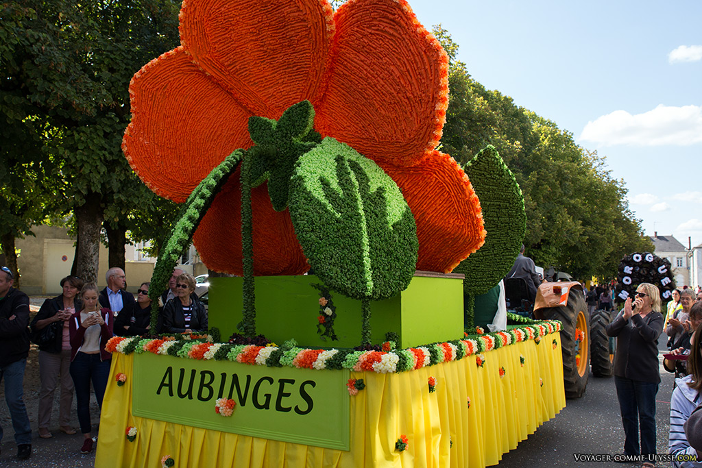 Les chars de chaque village se suivent : ici, Aubinges suit Morogues.