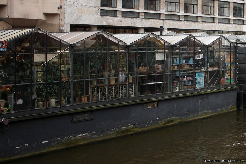 On imagine mieux les boutiques flottantes, mais le temps des anciennes barques est loin, très loin...