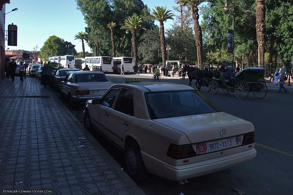 Les grands taxis de Marrakech. Ce sont des Mercedes, tout simplement. La course est beaucoup plus chère qu'avec un petit taxi, évidemment.