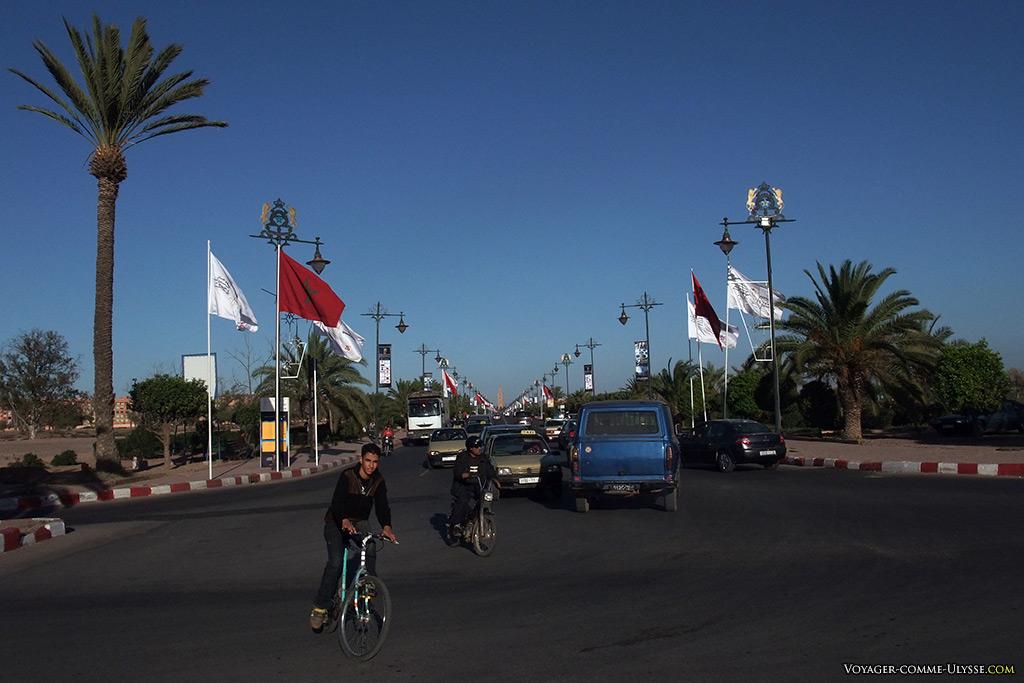 Grande avenue centrale, avec au bout, la Koutoubia.