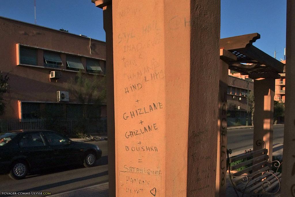 Fait curieux : les inscriptions sur les murs sont en caractères latins.