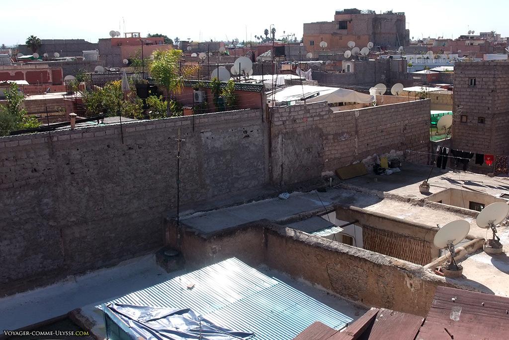 On distingue les cours intérieures, le linge qui sèche, les toits en tôle ondulée...