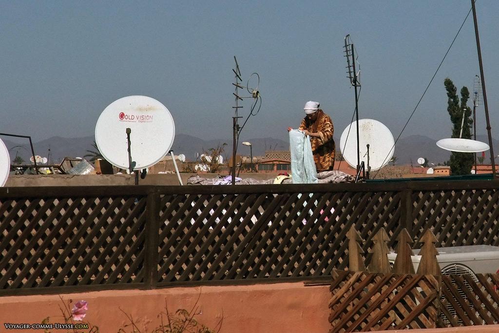 Une femme s'occupe de son linge entre les antennes.