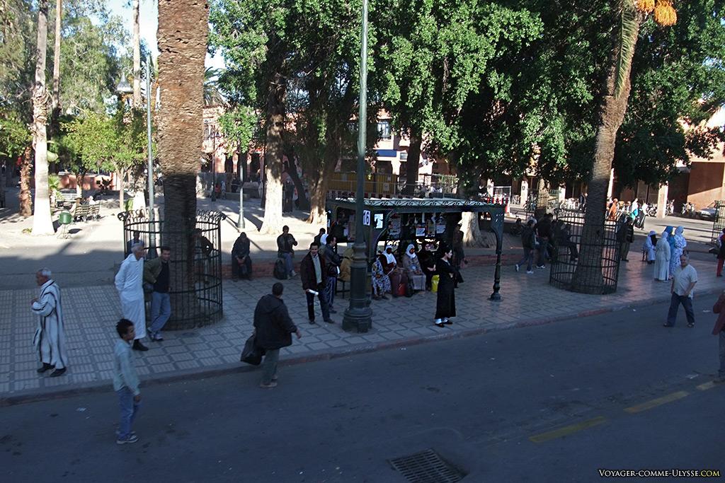 Arrêt de bus. Le mobilier urbain de Marrakech essaie de coller à la tradition.