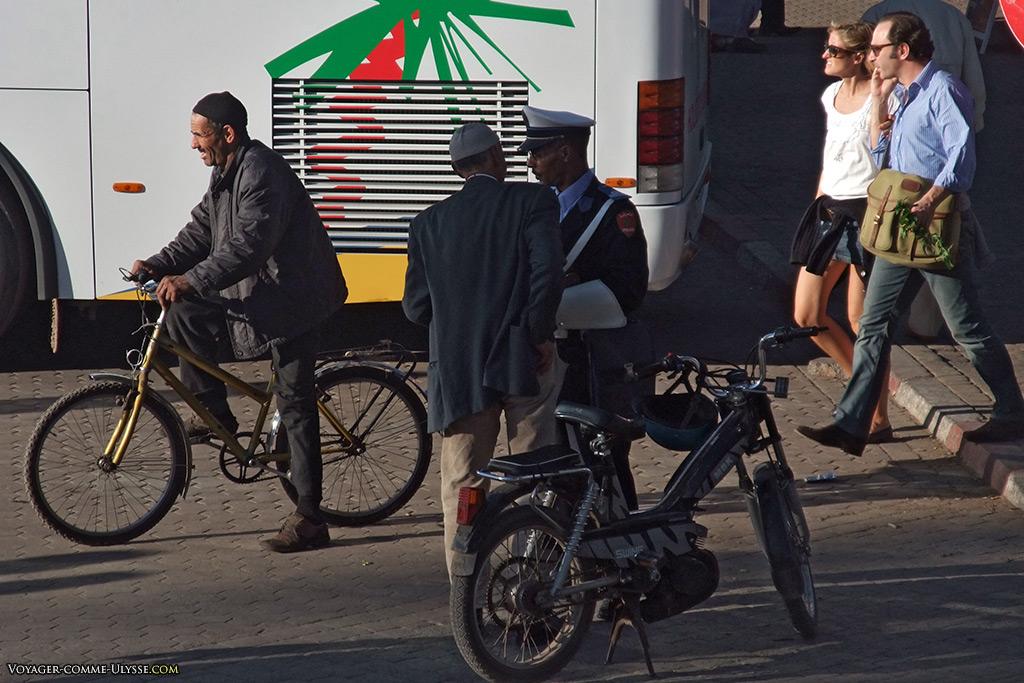 Le policier, élément vital de l'organisation du trafic routier de Marrakech.