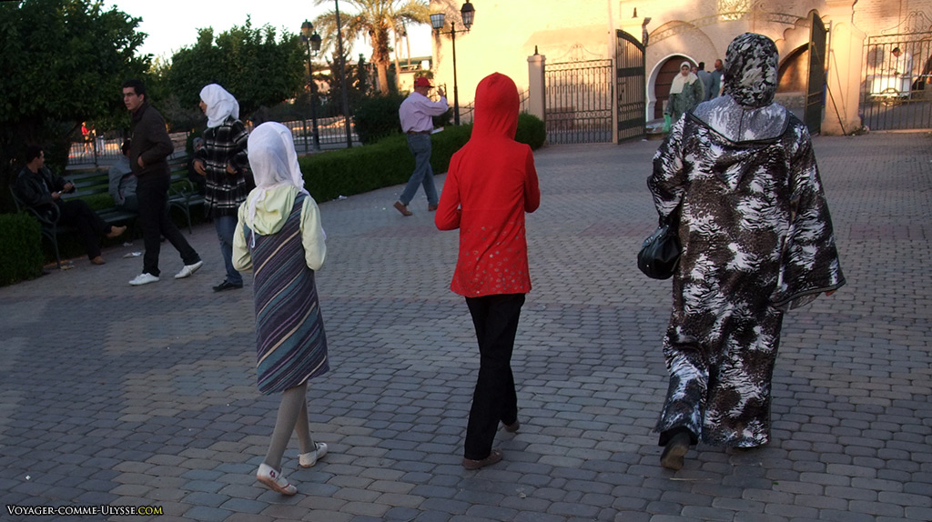 Une mère et ses deux filles, toutes voilées. Nous sommes proches de la mosquée.