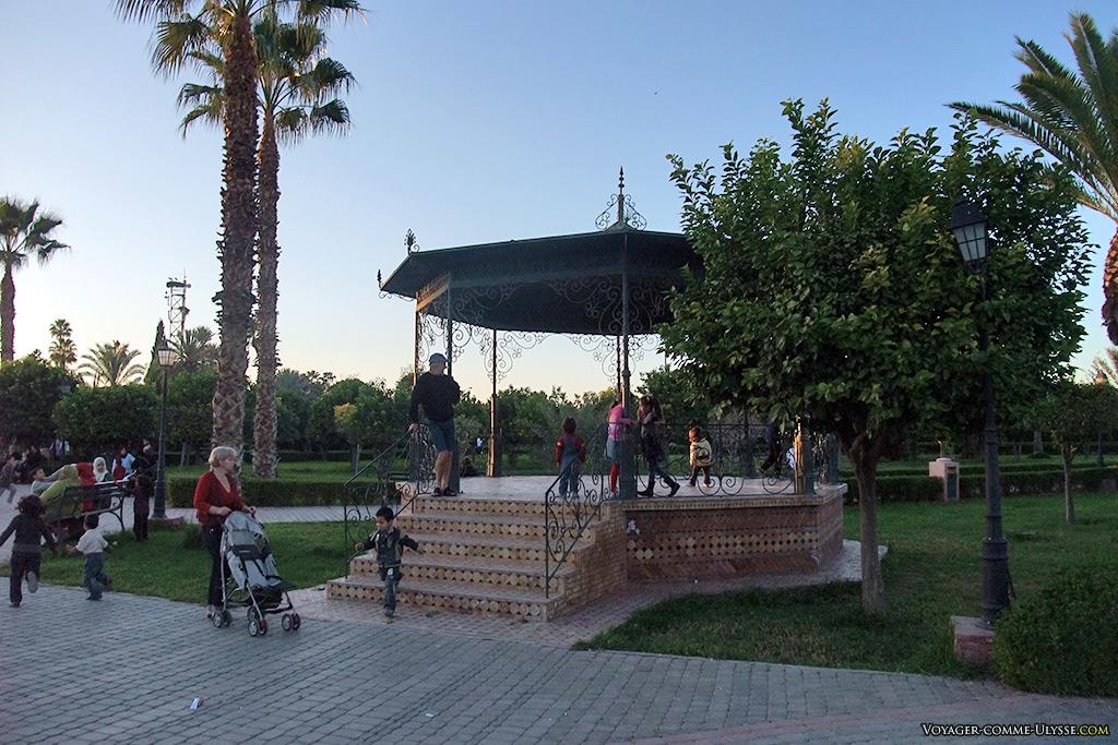 Les jardins publics sont un endroit habituel de promenade pour les familles. Comme partout en fait.