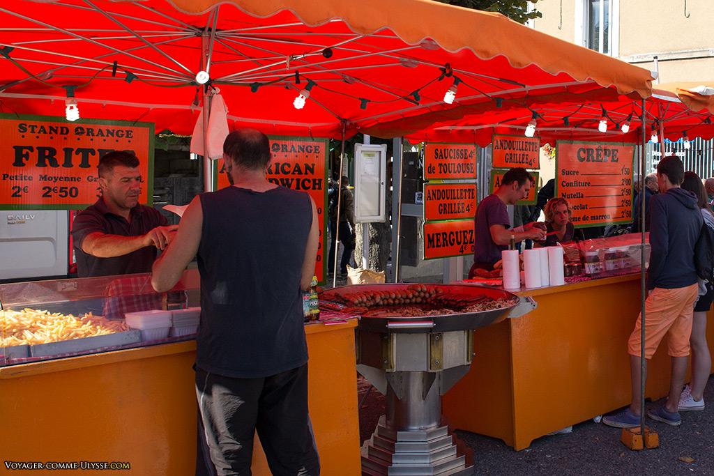 Aucune fête n'est vraiment complète sans les stands de vente de frites et de saucisses. Très bonnes crêpes par ailleurs.
