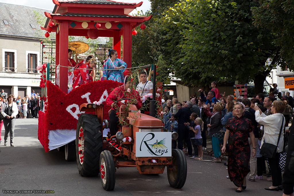 La commune de Rians, célèbre pour ses produits laitiers, célèbre la cavalcade avec une pagode chinoise.