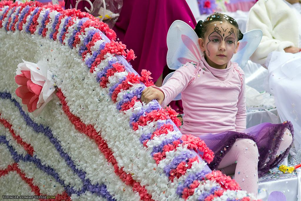 Une petite fée dans son char à fleurs