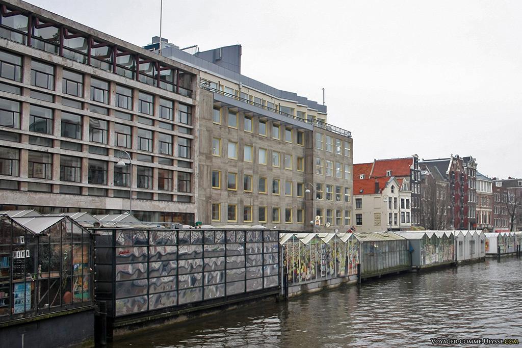 C'est pour ça que l'on vient au Bloemenmarkt : c'est agréable de se promener le long du canal Singel.