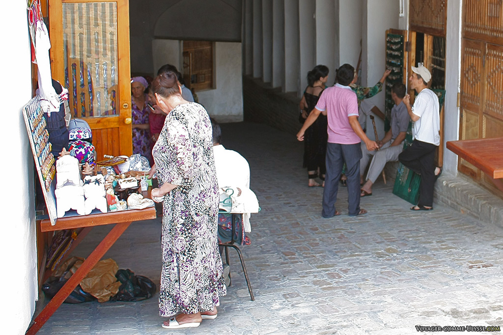 Sur la rampe d'accès, des petits vendeurs de souvenirs.