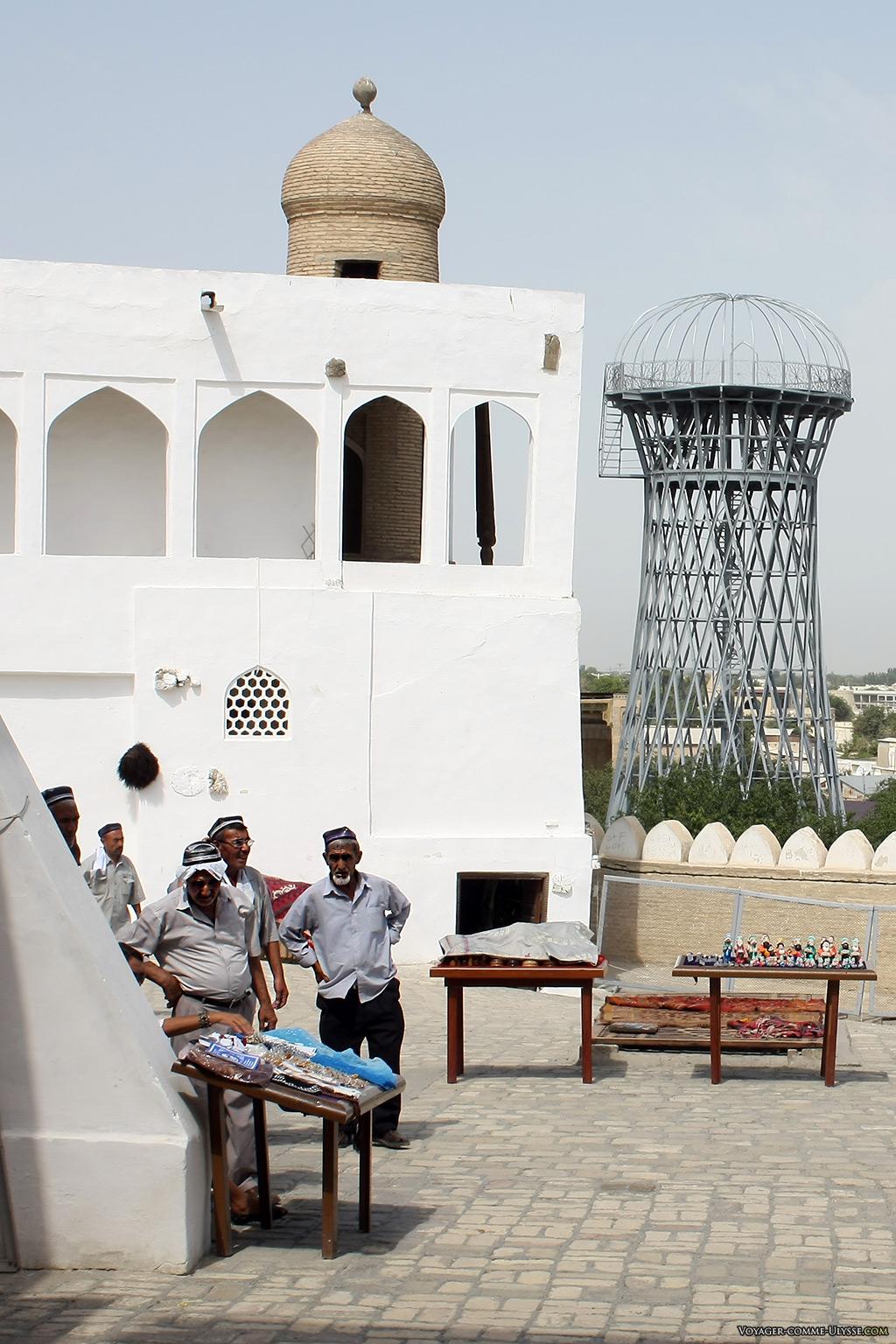 Les ouzbèks visitent leur patrimoine et le respectent. Depuis la fin de l'URSS, l'Ouzbékistan a fait de gros efforts de valorisation de son patrimoine culturel.