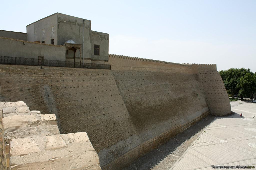 Les bâtiments en haut de la muraille sur la gauche nous laissent imaginer ce qu'était la citadelle autrefois. Il faut imaginer la même chose, mais tout le long des remparts!